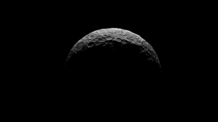 """""""Доун"""" засне за пръв път северния полюс на Церера"""
