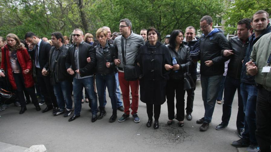 Журналистите от ТВ7 пред сградата на телевизията