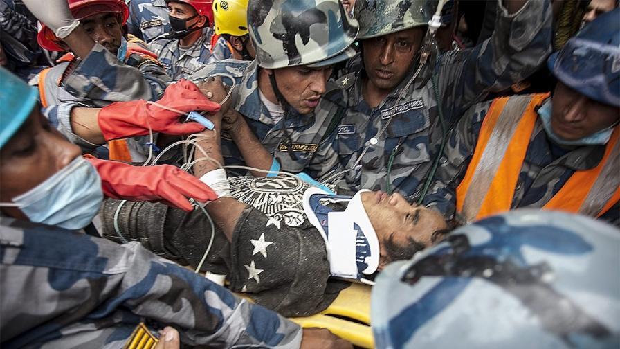Младеж беше изваден жив изпод руините в Катманду