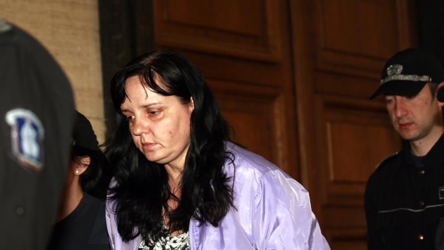 Акушерката, удряла бебе, обвинена в опит за умишлено убийство