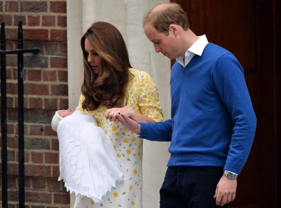 10 часа след раждането на второто си дете, Кейт Мидълтън бе готова да напусне болницата и да се прибере у дома. На първите официални снимки от изписването се вижда и малката принцеса, сестричката на принц Джордж. Все още не е обявено как ще се казва детето