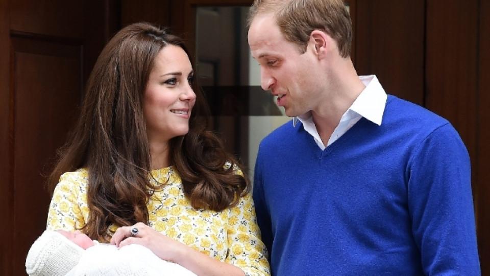 """Принц Уилям и Кейт с новородената им дъщеричка на стълбите на болница """"Сейнт Мери"""""""