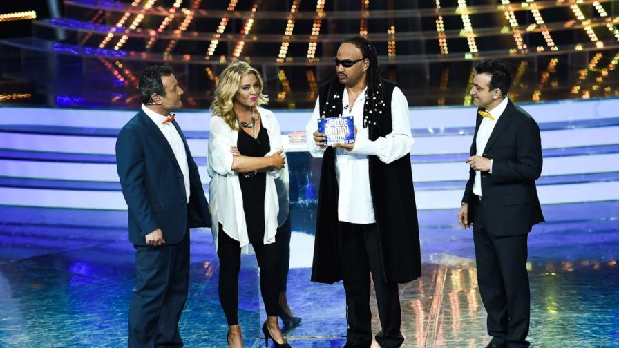 Азис получи наградата си от Хилда Казасян