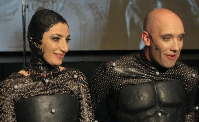 Актьорите в специалните костюми, които съдържат маркери за инфрачервените камери