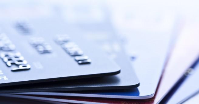 Технологии Касиер откраднал 1300 кредитни карти с паметта си Още