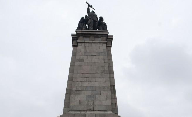Доброволци пазят Паметника на съветската армия