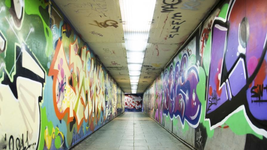 Столичната община с нова техника за чистене на графити