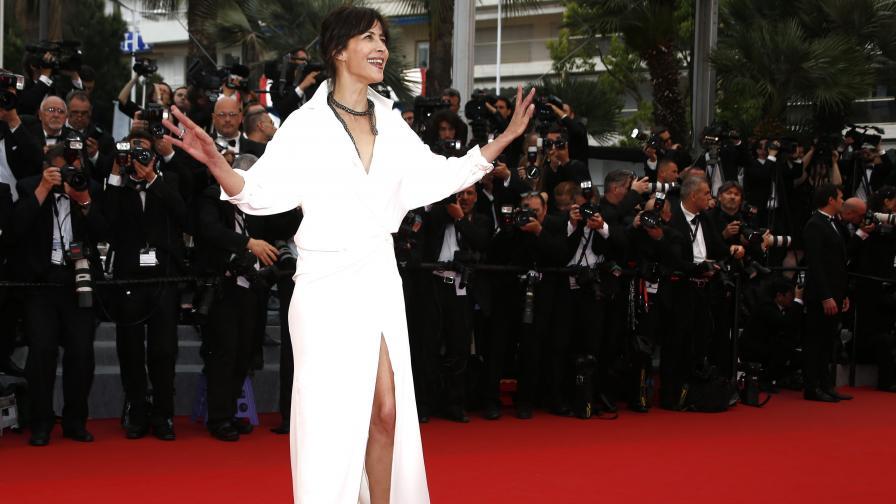 Актрисата Софи Марсо показа бельо на червения килим в Кан (видео)