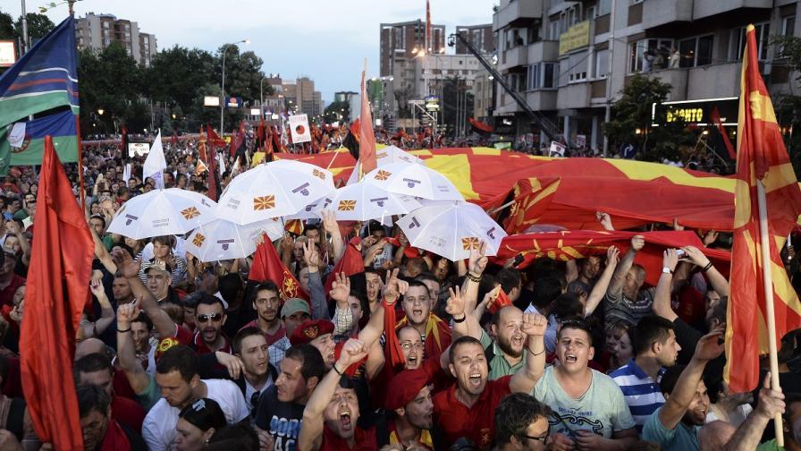 Десетки хиляди се събраха в Скопие в подкрепа на премиера Никола Груевски