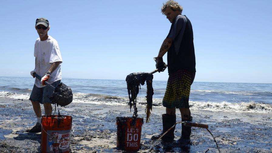 Скъсан петролопровод заля прочут плаж в Калифорния