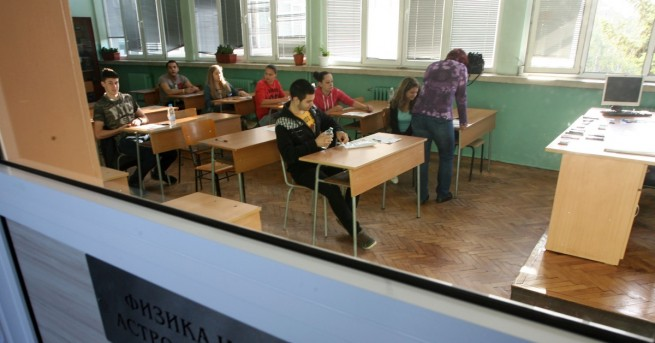 Зрелостниците се явиха на задължителната матура по български език и