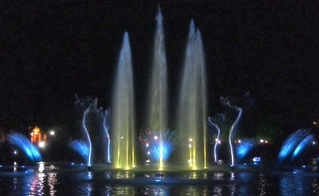 Със светлини и музика откриха възстановените Пеещи фонтани в Пловдив (видео)