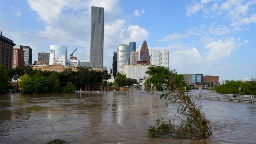 Бурите убиха 17 души в Тексас, Хюстън е наводнен