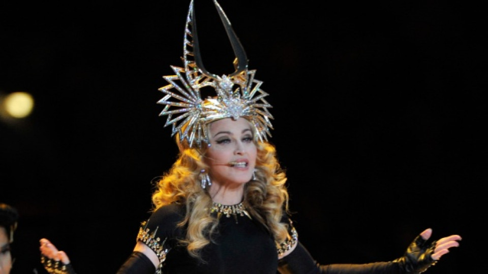 Кралицата на попа като Клеопатра, носейки импровизирана корона на дизайнера Филип Трейси и рокля на френската модна къща Живанши