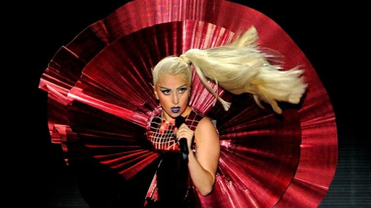 Лейди Гага никак не си пада по стандартите на сцената