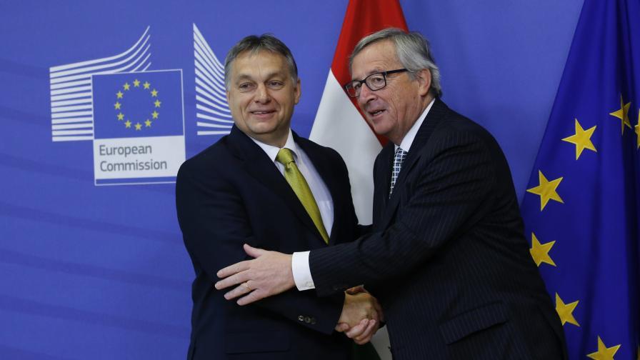 Виктор Орбан (вляво) и председателят на ЕК Жан-Клод Юнкер