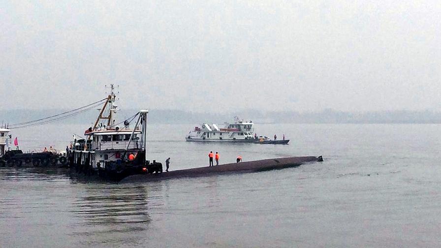 Кораб с 458 души потъна в река Яндзъ в Китай