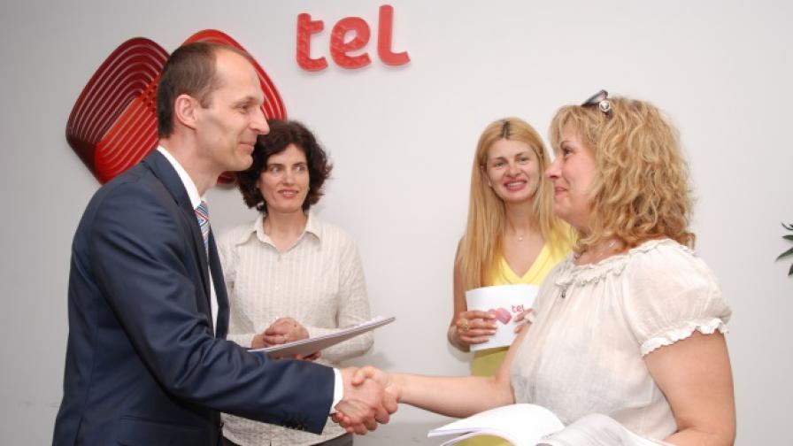 Милан Залетел, главен финансов директор на Мтел, връчи договорите за спонсорство на проектите
