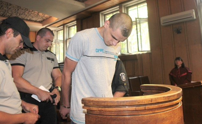 Остава в ареста момчето, намушкало двама в автобус 83