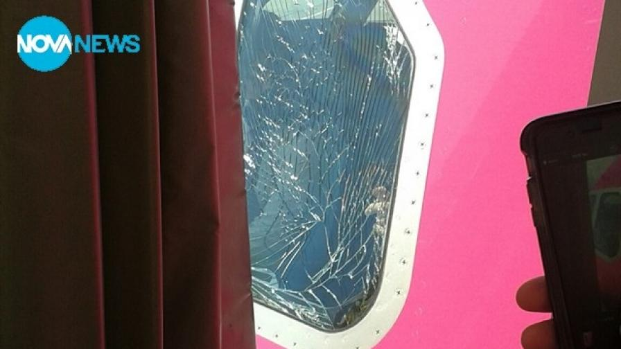 """Самолет на """"Уиз еър"""" кацна аварийно в София заради спукано стъкло"""