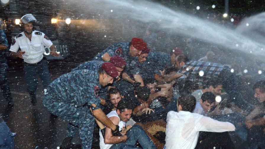 Демонстрантите в Ереван издигат барикади в градския център