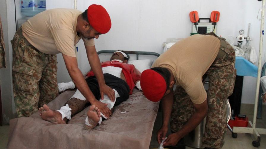 Военни лекари се грижат за пациент, получил топлинен удар