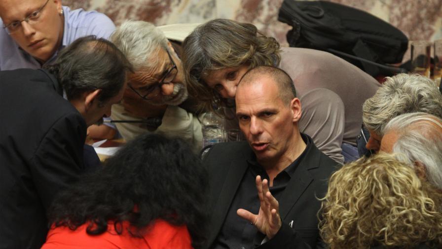 ГРъският финансов министър Янис Варуфакис обяснява на колеги по време на обсъждането на референдума