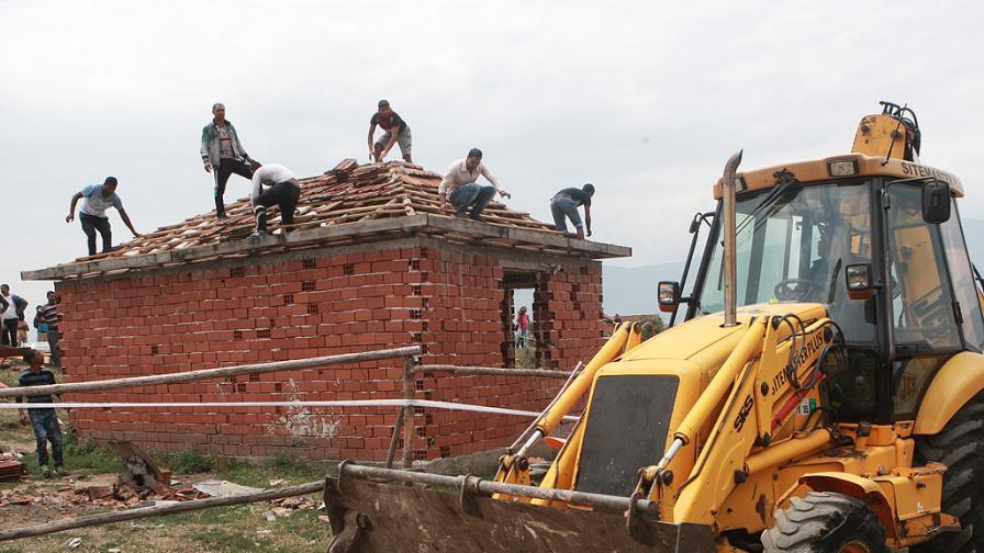 Жители на Гърмен на протест заради спряното събаряне на къщи
