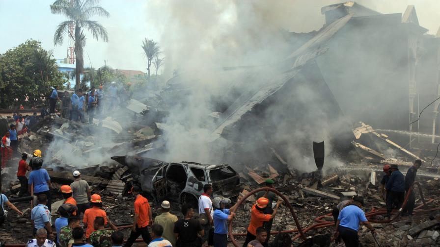 Индонезия: Военен самолет се разби в квартал, няма оцелели