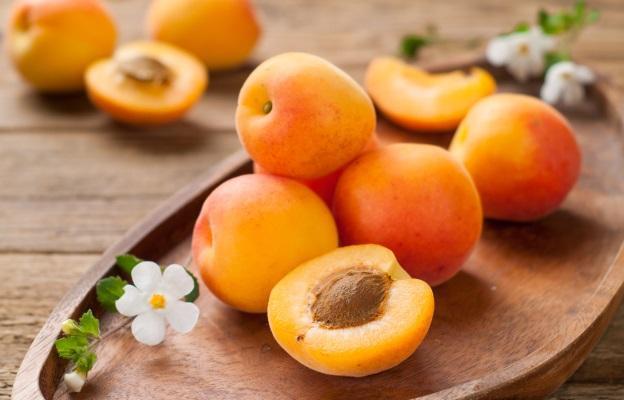 """<p><strong>Кайсии</strong></p>  <p>Малките оранжеви плодове, които се предлагат през летните месеци, са родом от Китай.&nbsp;<strong>Сладките кайсии са най-добрият и вкусен източник на&nbsp;витамин А, който е необходим за доброто&nbsp;зрение, здравето на&nbsp;кожата, слизестите обвивки и липсата на преждевременни&nbsp;бръчки.</strong></p>  <p>Само 300 грама на ден от този плод задоволява нуждите на организма от витамин А.&nbsp;<strong>Огромното количество&nbsp;калий&nbsp;пък прави тези плодове незаменими за профилактиката и лечението на сърдечно-съдовите заболявания&nbsp;и&nbsp;отоците.</strong></p>  <p><strong>Сушените кайсии&nbsp;също се отличават с много ползи, въпреки високото си ниво на&nbsp;захар.&nbsp;</strong>Счита се, че смес, включваща 5 сушени кайсии, 1&nbsp;смокиня&nbsp;и 1 сушена&nbsp;слива&nbsp;може да премахне&nbsp;болките в гърба. Продуктите се смилат добре и се консумират всяка вечер в посочените пропорции.</p>  <p><strong>Прочети още:</strong>&nbsp;<u><strong><a href=""""http://www.edna.bg/zdravoslovno/hrani/neka-pohapvame-kajsii-4631060"""" target=""""_blank"""">Нека похапваме кайсии</a></strong></u></p>"""