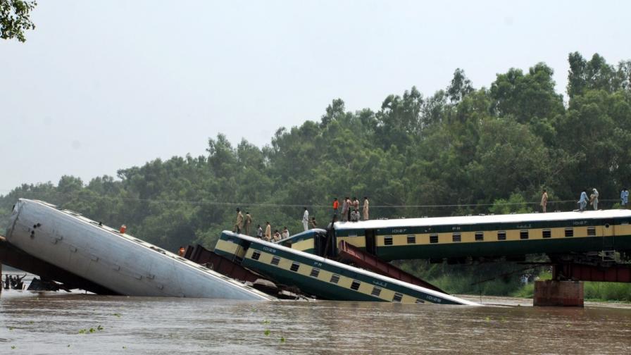 12 войници загинаха при срутване на мост в Пакистан