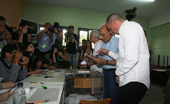 Янис Варуфакис гласува заедно с 90-годишния си баща