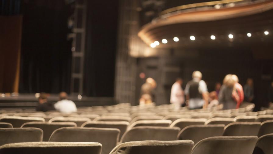 Зрител се опитал да зареди смартфона си на театралната сцена