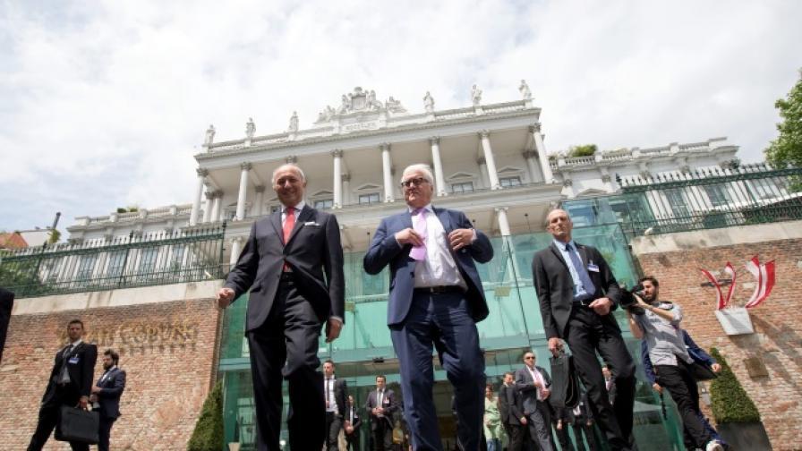 """Външните министри на Франция и Германия пред двореца """"Кобург"""" във Виена, в който се водеха продължилите повече от две седмици преговори"""
