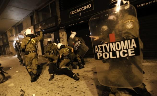 Сблъсъци и протести в Атина, депутатите мислят проектозаконите