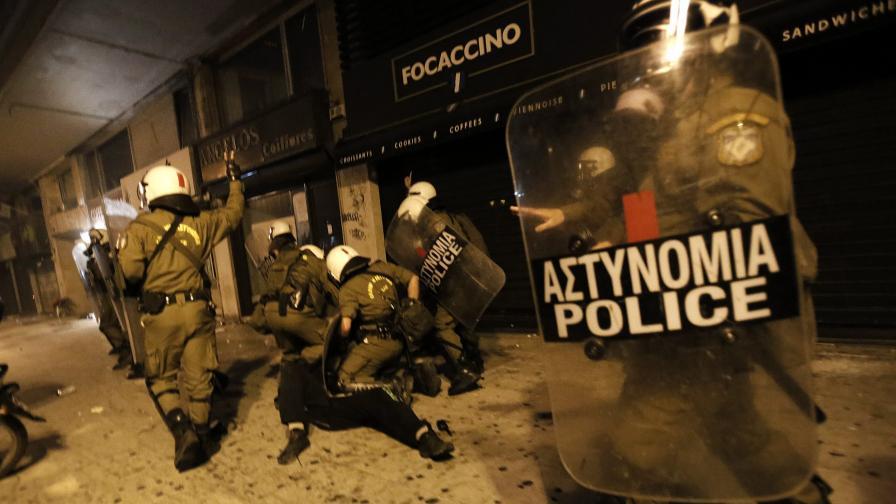 Ожесточени сблъсъци избухнаха в Атина (фото)