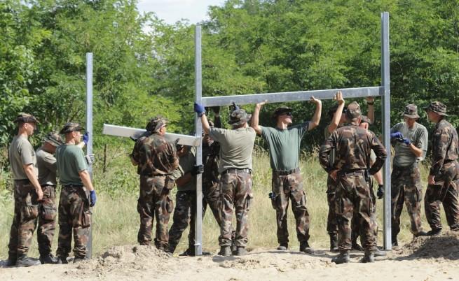 Унгария затваря постоянните си бежански лагери и изгражда палаткови