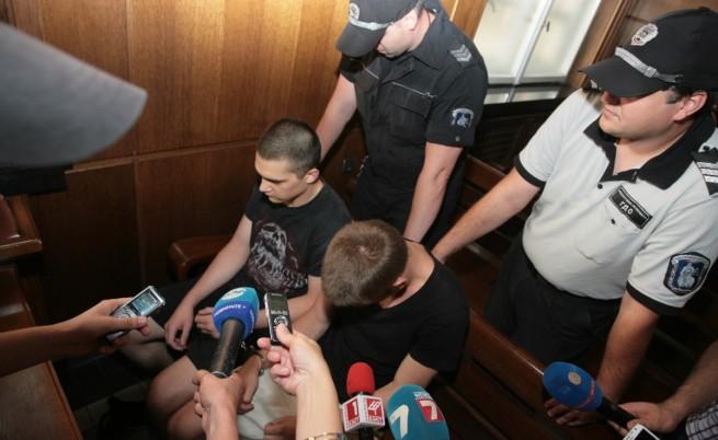 Младежите, пребили 3-годишно дете, остават в ареста