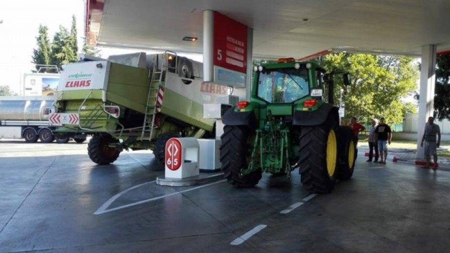 Зърнопроизводители блокират бензиностанции