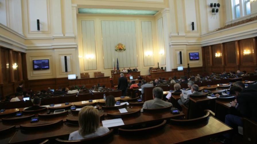 Пленарната зала по време на днешното заседание на парламента