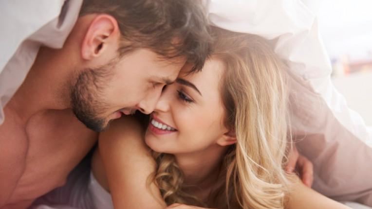 секс оргазъм под завивките двойка връзка любов легло