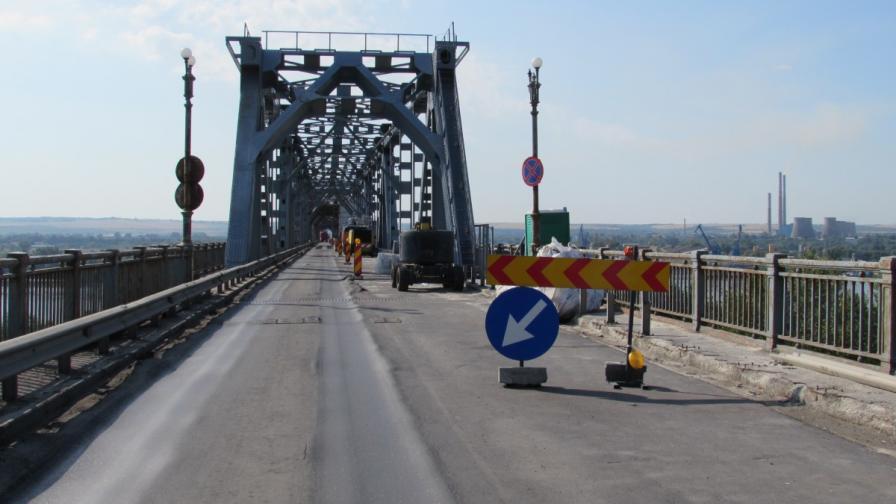 Румънски вестници: Километрични опашки на Дунав мост
