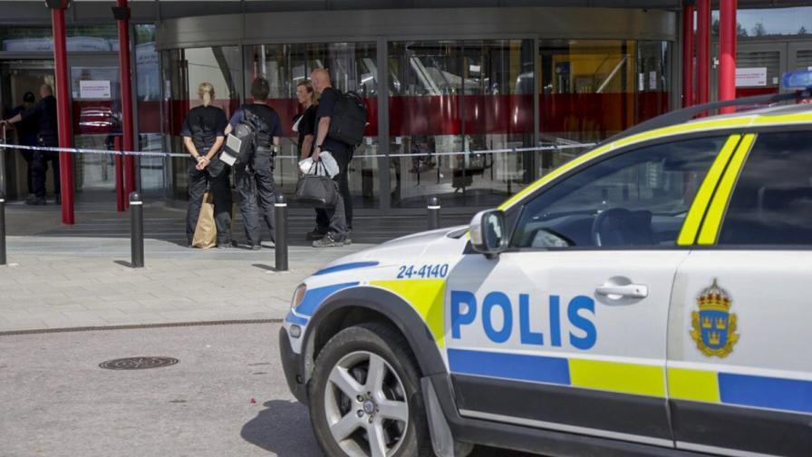 Двама души бяха убити с нож в мебелен магазин в Швеция
