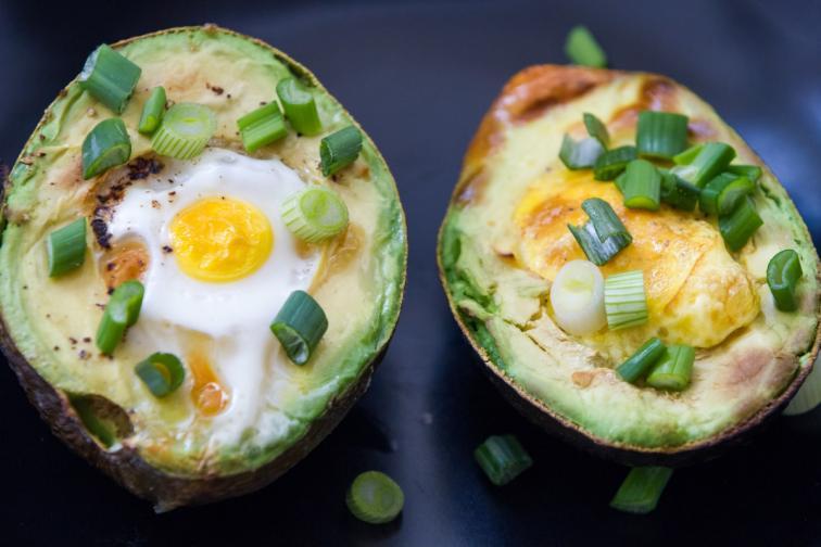 печено яйце в авокадо