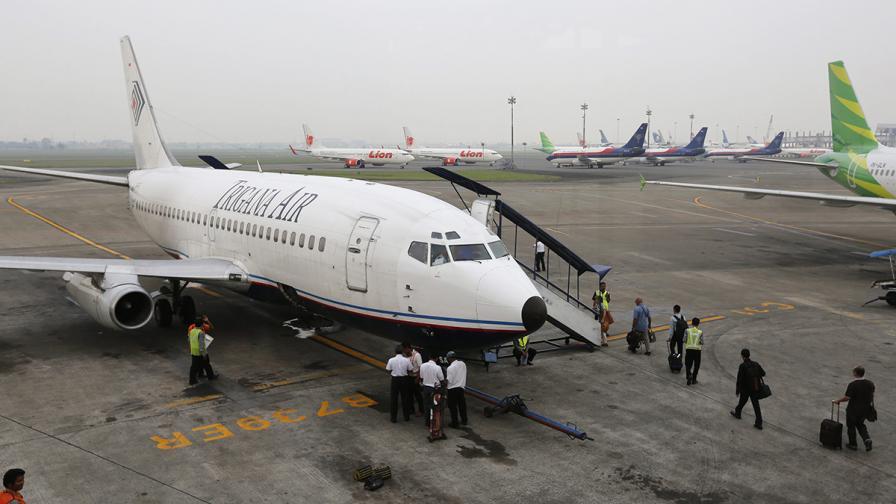 Спряха издирването на изчезналия индонезийски самолет