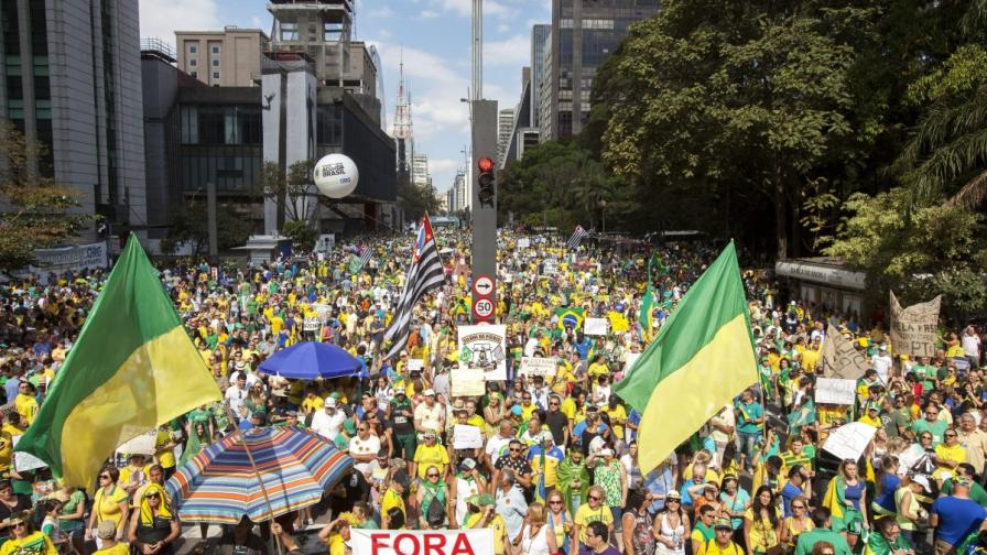 Бразилия: Стотици хиляди поискаха оставката на Дилма Русеф