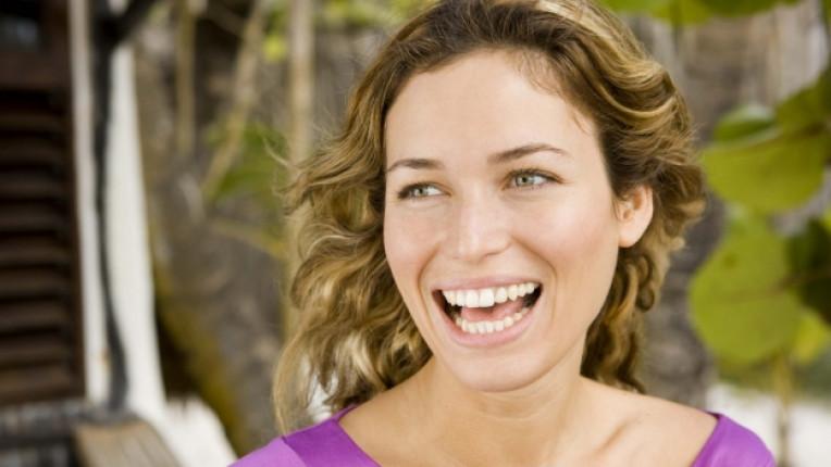 жена усмивка кафе