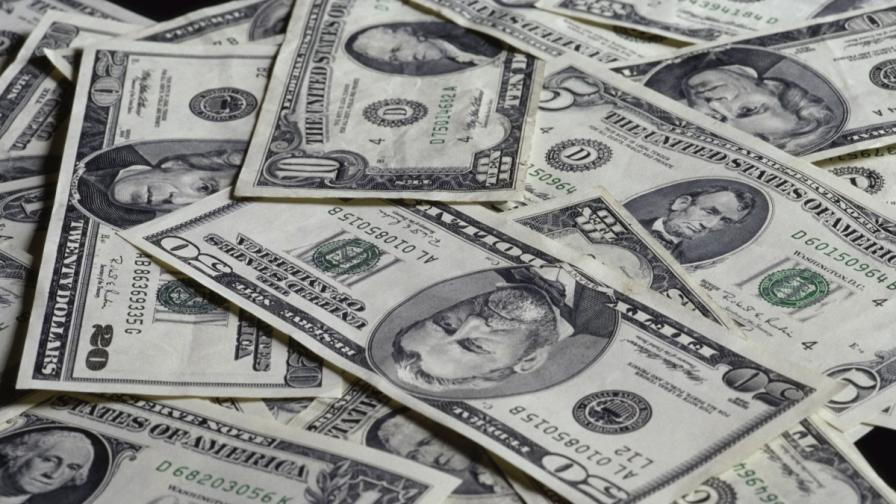 Измамници продавали вода, която превръща хартията в долари
