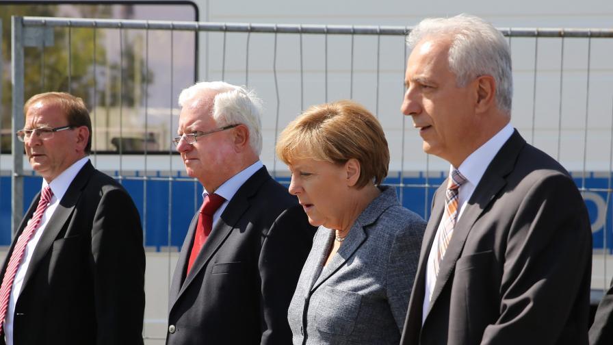 Освиркаха Меркел пред бежански център