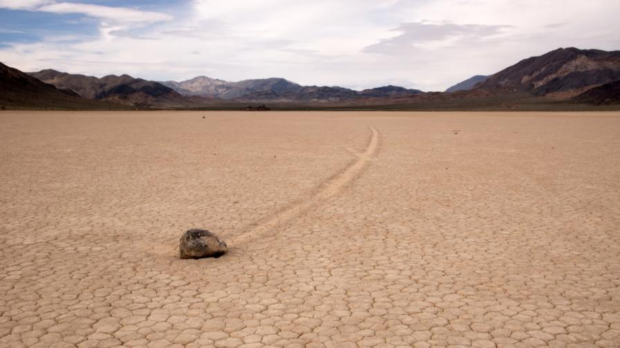 Камък в сухото езеро Рейстрак в долината на смъртта